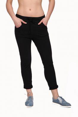 Παντελόνι φόρμας που φτάνει μέχρι τον αστράγαλο, με δέσιμο μπροστά και τσέπες μπροστά και πίσω. Ένα υπέροχο ρούχο που πρέπει να βρίσκεται στην ντουλάπα κάθε γυναίκας, καθώς συνδυάζεται εύκολα όλες τις ώρες της ημέρας. Μοναδικός συνδυασμός είναι με ένα T-Shirt και με παπούτσια sneakers. Απο τσαντες, επιλέξτε μια backpack για μοναδικές εμφανίσεις.