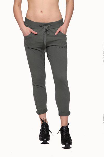 Παντελόνι φόρμας, με δέσιμο μπροστά και τσέπες μποστά και πίσω. Ένα υπέροχο ρούχο που πρέπει να βρίσκεται στην ντουλάπα κάθε γυναίκας, καθώς συνδυάζεται εύκολα όλες τις ώρες της ημέρας. Μοναδικός συνδυασμός είναι με ένα T-Shirt και με παπούτσια sneakers. Απο τσαντες, επιλέξτε μια backpack για μοναδικές εμφανίσεις.