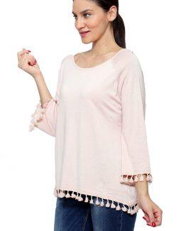 ΜΠΛΟΥΖΑ ΦΑΡΔΙΑ ΜΟΝΟΧΡΩΜΗ Μπλούζα Φαρδιά Με Κρόσσια στα μανίκια, σε άνετη γραμμή και σε ροζ χρώμα. Μπλούζα σε ριχτή γραμμή, με μακριά μανίκια και σε ροζ χρώμα. Μια χειμωνιάτικη γυναικεία Μπλούζα Φαρδιά Με Κρόσσιαπου δεν πρέπει να λείπει από την ντουλάπα σας καθώς μπορεί να συνδυαστεί άψογα με πολλά χειμωνιάτικα γυναικεία ρούχα. Ένας κομψός βραδινός συνδυασμός είναι με ένα τζιν σε skinny γραμμή σε συνδυασμό με τις ψηλές μπότες σας που φτάνουν πάνω από το γόνατο. Από πανωφόρι επιλέξτε ένα μακρύ παλτό και από τσάντες επιλέξτε μια μικρή. Για μια casual εμφάνιση επιλέξτε να συνδυάσετε την Μπλούζα Φαρδιά Με Κρόσσιασας με ένα υφασμάτινο παντελόνι τα sneakers σας και ολοκληρώστε το σύνολό σας με ένα δερμάτινο μπουφάν. Από τσάντες επιλέξτε μια oversized που θα φορεθεί πολύ αυτόν τον χειμώνα.