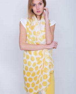 ΦΟΥΛΑΡΙ ΜΕ ΠΟΥΑ ΣΧΕΔΙΟ Φουλάρι Πουά Κίτρινο, μακρύ σε πουά μοτίβο και σε μπλε χρώμα με λούρεξ κλωστή. Πασμίνα σε πουα σχέδιο και κίτρινον χρώμα. Ένα μοντέρνο και βολικό αξεσουάρ για να φωτίσει τα ντυσίματά σας τις ημέρες της άνοιξης που δεν πρέπει να λείπει από τα αξεσουάρ καμίας γυναίκας. Το Φουλάρι Πουά Κίτρινο μπορεί να φορεθεί σαν πασμίνα για να μας δώσει παραπάνω στυλ πάνω από ένα μονόχρωμο ρούψο καθώς και να συνδυαστεί άνετα και εύκολα με όλους τους συνδυασμούς χρωμάτων στα σύνολά μας καθώς το χρώμα του το καθιστά ευκολοφόρετο. Το κασκόλ μπορεί να συνδυαστεί άψογα με ένα μπλουζάκι με στάμπα σε συνδυασμό με ένα υφασμάτινο παντελόνι σε στενή γραμμή, με τα sneakers σας και από πανωφόρι να επιλέξετε ένα μπουφάν δερμάτινο. Από τσάντες επιλέξτε ένα backpack. 'Ενας ακόμη τέλειος συνδυασμός είναι το Φουλάρι Πουά Κίτρινο με ένα πουκάμισο σε συνδυασμό με ένα τζιν παντελόνι, τα μπαρετάκια σας και από τσάντες επιλέξτε μια oversized. Ολοκληρώστε το look σας με ένα δερμάτινο μπουφάν το οποίο θα ταιριάξει ιδανικά με ένα φουλάρι και θα σας δώσει έξτρα στυλ.