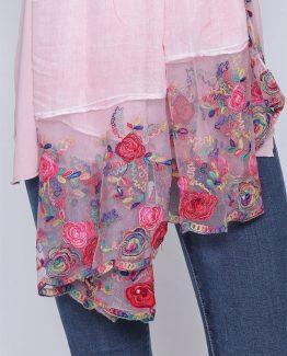 ΦΟΥΛΑΡΙ ΜΟΝΟΧΡΩΜΟ ΜΕ ΦΛΟΡΑΛ ΚΕΝΤΗΜΑ Φουλάρι Ροζ Με Φλοράλ σχέδιο, μακρύ και με διάφανο ύφασμα με κέντημα φλοράλ στο τελείωμά του. Πασμίνα σε μονόχρωμο με φλορά κεντήματα. Ένα μοντέρνο και βολικό αξεσουάρ για να φωτίσει τα ντυσίματά σας τις ημέρες της άνοιξης που δεν πρέπει να λείπει από τα αξεσουάρ καμίας γυναίκας. Το Φουλάρι Ροζ Με Φλοράλ μπορεί να φορεθεί σαν πασμίνα για να μας δώσει παραπάνω στυλ πάνω από ένα μονόχρωμο ρούψο καθώς και να συνδυαστεί άνετα και εύκολα με όλους τους συνδυασμούς χρωμάτων στα σύνολά μας καθώς το χρώμα του το καθιστά ευκολοφόρετο. Το κασκόλ μπορεί να συνδυαστεί άψογα με ένα μπλουζάκι με στάμπα σε συνδυασμό με ένα υφασμάτινο παντελόνι σε στενή γραμμή, με τα sneakers σας και από πανωφόρι να επιλέξετε ένα μπουφάν δερμάτινο. Από τσάντες επιλέξτε ένα backpack. 'Ενας ακόμη τέλειος συνδυασμός είναι το Φουλάρι Ροζ Με Φλοράλ με ένα πουκάμισο σε συνδυασμό με ένα τζιν παντελόνι, τα μπαρετάκια σας και από τσάντες επιλέξτε μια oversized. Ολοκληρώστε το look σας με ένα δερμάτινο μπουφάν το οποίο θα ταιριάξει ιδανικά με ένα φουλάρι και θα σας δώσει έξτρα στυλ.