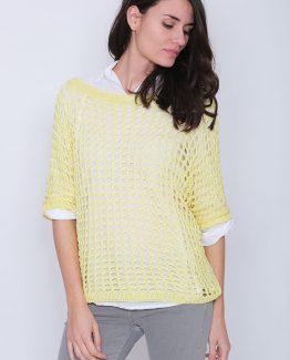 ΜΠΛΟΥΖΑ ΠΛΕΚΤΗ ΦΑΡΔΙΑ Μπλούζα Με Αραιή Πλέξη Κίτρινη και με μανίκια σε στυλ νυχτέριδας. Μπλούζα πλεκτή σε κίτρινο φωτεινό χρώμα και σε ριχτή γραμμή. Μια ανοιξιάτικη μπλούζα που θα σας εκπλήξει καθώς μπορεί να συνδυαστεί με ένα basic μπλουζάκι από μέσα ή ακόμα και με ένα πουκάμισο και να σας χαρίσει ένα ξεχωριστό casual σύνολο. Για μια πρωινή λιτή εμφάνιση στη μπορείτε να συνδυάσετε την Μπλούζα Με Αραιή Πλέξη Κίτρινη, μαζί με μια λευκή μπλούζα από μέσα και με ένα υφασμάτινο παντελόνι καμπάνα σε συνδυασμό με τις γόβες σας και από τσάντες μια oversized. Ολοκληρώστε το look σας με ένα δερμάτινο μπουφάν. Για μια εναλλακτική απογευματινή πιο casual εμφάνιση επιλέξτε να συνδυάσετε την μπλούζα σας με ένα τζιν παντελόνι με σκισίματα και μπαρέτες. Από πανωφόρι επιλέξτε μια καμπαρντίνα και από τσάντες μια μικρή που κρεμιέται.