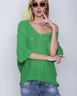 ΜΠΛΟΥΖΑ ΠΛΕΚΤΗ ΦΑΡΔΙΑ ΜΕ V ΑΝΟΙΓΜΑ Μπλούζα Πλεκτή Με V Πράσινη, με μανίκια σε στυλ νυχτερίδας, με V άνοιγμα στο μπούστο και με αραιή πλέξη. Μπλούζα πλεκτή σε πράσινο έντονο χρώμα που κυριαρχεί στην φετινή μόδα της άνοιξης και σε ριχτή γραμμή. Μια βολική ανοιξιάτικη μπλούζα που δεν πρέπει να λείπει από την ντουλάπα σας καθώς αποτελεί Must Ηave ρούχο εξαιτίας των έντονων χρωματισμών του και μπορεί να συνδυαστεί άψογα με πολλά γυναικεία ρούχα για ένα φωτεινό ντύσιμο που θα τραβήξει τα βλέμματα. Για μια πρωινή εμφάνιση στη δουλειά μπορείτε να συνδυάσετε την Μπλούζα Πλεκτή Με V Πράσινη, μαζί με μια λευκή μπλούζα από μέσα, μαζί με ένα jean παντελόνι σε συνδυασμό με τις γόβες σας και από τσάντες μια oversized. Ολοκληρώστε το look σας με ένα δερμάτινο μπουφάν. Για μια εναλλακτική βραδινή πιο casual εμφάνιση επιλέξτε να συνδυάσετε την μπλούζα σας με ένα υφασμάτινο παντελόνι εξίσου σε έντονους χρωματισμούς και μπαρέτες. Από πανωφόρι επιλέξτε ένα δερμάτινο μπουφάν και από τσάντες μια μικρή που κρεμιέται.