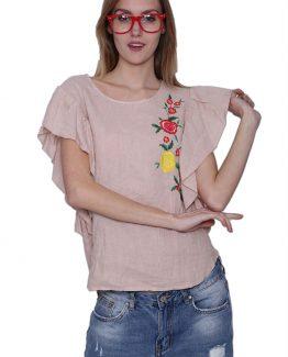 Μπλουζάκι Με Κέντημα Ροζ, με κοντά μανίκια σε βολάν κόψιμο, με σχέδιο φλοράλ κέντημα στο μπροστά μέρος και σε ανάλαφρο λινό καλοκαιρινό ύφασμα. Άνετο καλοκαιρινό μπλουζάκι, σε ροζ χρώμα και με σχέδιο πολύχρωμα κεντητά λουλούδια. Μια άνετη καλοκαιρινή μπλούζα που μπορεί να φορεθεί ιδανικά από το πρωί ως το βράδυ με όλα σας τα ρούχα. ΤοΜπλουζάκι Με Κέντημα Ροζ μπορεί να συνδυαστεί άψογα με ένα υφασμάτινο παντελόνι σε στενή γραμμή, με τα sneakers σας και από πανωφόρι να επιλέξετε να συνδυάσετε ένα σακάκι. Από τσάντες επιλέξτε ένα backpack για μια casual εμφάνιση. 'Ενας ακόμη τέλειος συνδυασμός είναι με ένα τζιν παντελόνι σε εφαρμοστή γραμμή, τις γόβες σας και από τσάντες επιλέξτε μια μικρή που κρεμιέται. Από αξεσουάρ επιλέξτε να συνδυάσετε όμορφα σκουλαρίκια ή ακόμη και κάποια βραχιόλια. Ολοκληρώστε το look σας με μια μακριά καμπαρντίνα!