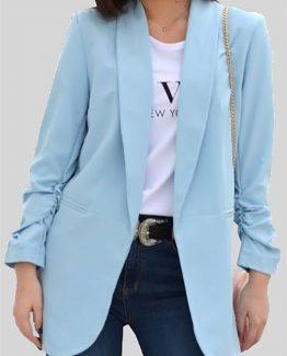 ΣΑΚΑΚΙ ΜΑΚΡΥ ΚΑΙ ΦΑΡΔΥ ΜΟΝΟΧΡΩΜΟ Σακάκι Γαλάζιο Μακρύ, σε άνετη γραμμή με γιακά. Μακρύ σακάκι σε γαλάζιο χρώμα, ένα ρούχο που δεν πρέπει να λείπει από την ντουλάπα σας καθώς μπορεί να συνδυαστεί άψογα με πολλά γυναικεία ρούχα και να ολοκληρώσει κομψά το ντύσιμό σας. Για μια πρωινή casual εμφάνιση συνδυάστε το Σακάκι Γαλάζιο Μακρύ με ένα πουκάμισο ασύμμετρο και σε φαρδιά γραμμή από μέσα, σε συνδυασμό με ένα skinny jean και από παπούτσια επιλέξτε sneakers ή τα πέδιλά σας. Από τσάντες επιλέξτε μια oversized ή μια backpack και για να ολοκληρώσετε το Look σας συνδυάστε το με ένα μακρύ κολίε. Για μια βραδινή εμφάνιση συνδυάστε το Σακάκι Γαλάζιο Μακρύ με ένα ψηλόμεσο παντελόνι υφασμάτινο με καμπάνα σε συνδυασμό με ένα Lingerie μπλουζάκι από παπούτσια επιλέξτε τις ψηλοτάκουνες γόβες σας ενώ από τσάντες επιλέξτε μια τσάντα μικρή που κρεμιέται. Από αξεσουάρ επιλέξτε να συνδυάσετε το ντύσιμό σας με ένα κοντό κολιέ.