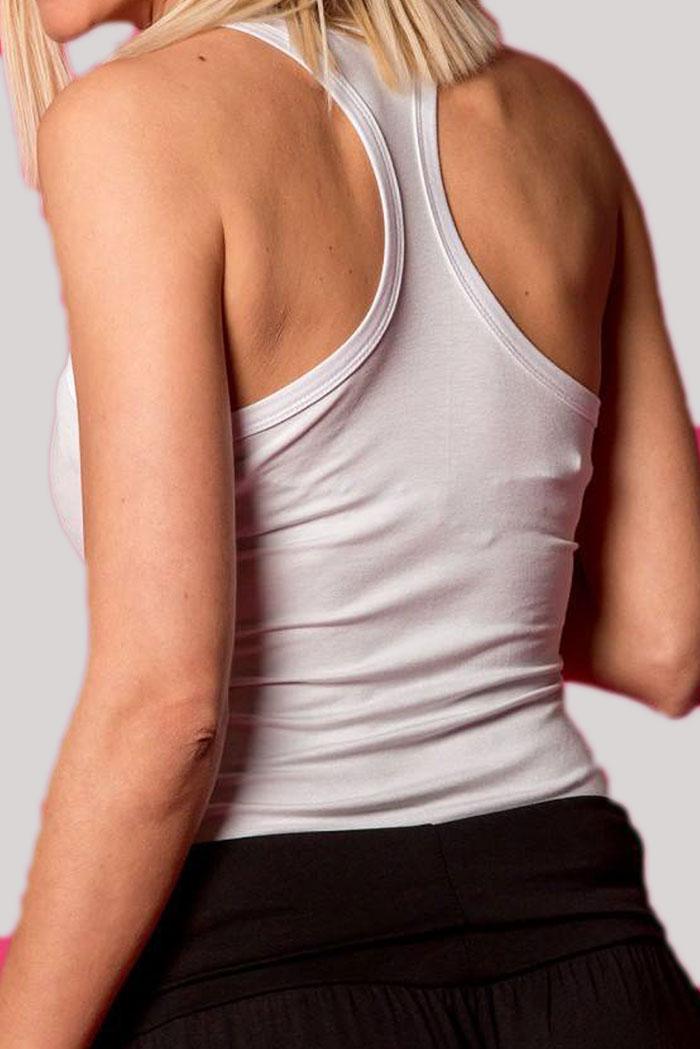 ΜΠΛΟΥΖΑ ΑΜΑΝΙΚΗ T-Shirt Λευκό σε χρώμα και αμάνικο. Ένα βασικό γυναικείο μπλουζάκι με χωρίς μανίκια, σε κλασσικούς αλλά και βασικούς χρωματισμούς του λευκού. Μια all season μπλούζα που μπορεί να φορεθεί ιδανικά από το πρωί ως το βράδυ με όλα σας τα ρούχα και να σας προσφέρει μοναδικούς συνδυασμούς. Το T-Shirt Λευκό μπορεί να συνδυαστεί άψογα με μια πλεκτή ζακέτα από πάνω, με ένα ψηλόμεσο παντελόνι σε υφασμάτινη καμπάνα γραμμή, με τα sneakers σας και από πανωφόρι να επιλέξετε ένα μπουφάν δερμάτινο. Από τσάντες επιλέξτε ένα backpack. 'Ενας ακόμη τέλειος συνδυασμός είναι το T-Shirt Λευκό με μια τζιν φούστα, από παπούτσια μπαρέτες και από τσάντες επιλέξτε μια oversized. Ολοκληρώστε το look σας με ένα γιλέκο και από αξεσουάρ επιλέξτε κολιέ.