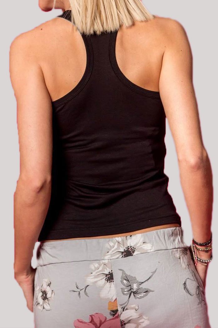 ΜΠΛΟΥΖΑ ΑΜΑΝΙΚΗ T-Shirt Μαύρο σε χρώμα και αμάνικο. Ένα βασικό γυναικείο μπλουζάκι με χωρίς μανίκια, σε κλασσικούς αλλά και βασικούς χρωματισμούς του μαύρου. Μια all season μπλούζα που μπορεί να φορεθεί ιδανικά από το πρωί ως το βράδυ με όλα σας τα ρούχα και να σας προσφέρει μοναδικούς συνδυασμούς. Το T-Shirt Μαύρο μπορεί να συνδυαστεί άψογα με μια πλεκτή ζακέτα από πάνω, με ένα ψηλόμεσο παντελόνι σε υφασμάτινη καμπάνα γραμμή, με τα sneakers σας και από πανωφόρι να επιλέξετε ένα μπουφάν δερμάτινο. Από τσάντες επιλέξτε ένα backpack. 'Ενας ακόμη τέλειος συνδυασμός είναι το T-Shirt Μαύρο με μια τζιν φούστα, από παπούτσια μπαρέτες και από τσάντες επιλέξτε μια oversized. Ολοκληρώστε το look σας με ένα γιλέκο και από αξεσουάρ επιλέξτε κολιέ.