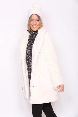 Παλτό Κοντό Γούνινο Σε Εκρού χρώμα, σε ίσια γραμμή και κουμπώνει.