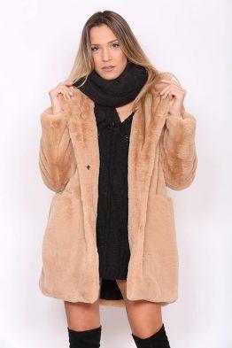 Παλτό Κοντό Γούνινο Σε Μπεζ χρώμα, σε ίσια γραμμή και κουμπώνει.