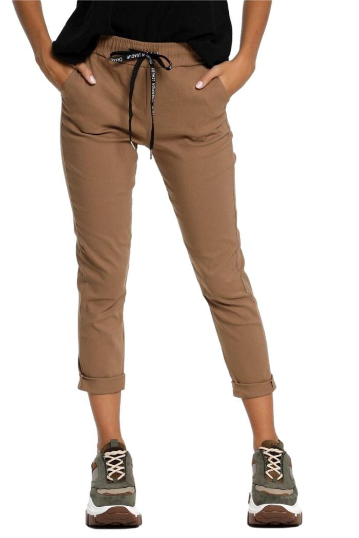 Παντελόνι Ελαστικό Σε Camel χρώμα, σε ελαστικό γκρο ύφασμα.