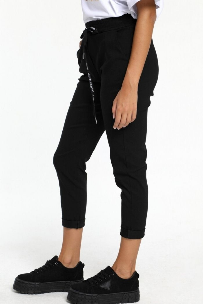 Παντελόνι Ελαστικό Σε Μαύρο χρώμα, σε ελαστικό γκρο ύφασμα.